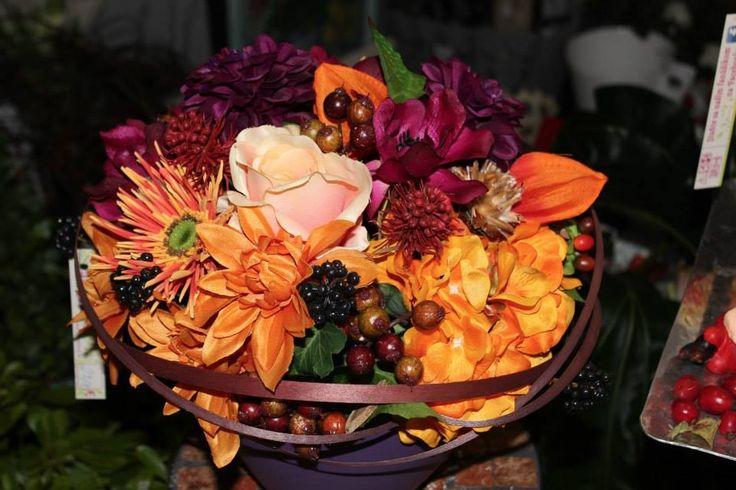 JESEŇ 2013 Jeseň v našom kvetinárstve je už v plnom prúde! No, veď presvedčte sa sami! Náš obchodík je celý oblečený do jesenných dekorácií, venčekov, kytičiek a doplnkov pre váš domov. Hit sezóny je farba baklažánová, vresová a oranžová.