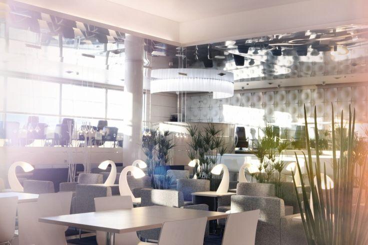 На третьем месте Заключает тройку самых лучших залов ожидания помещение финской авиакомпании Finnair - Lounge & Spa - в аэропорту Хельсинки. В свободном и светлом помещении с белой мебелью размещен буфет, салатный бар и другие радости жизни. Зал также оснащен отдельными бизнес-кабинками, где можно спокойно поработать, если у вас есть такая необходимость.