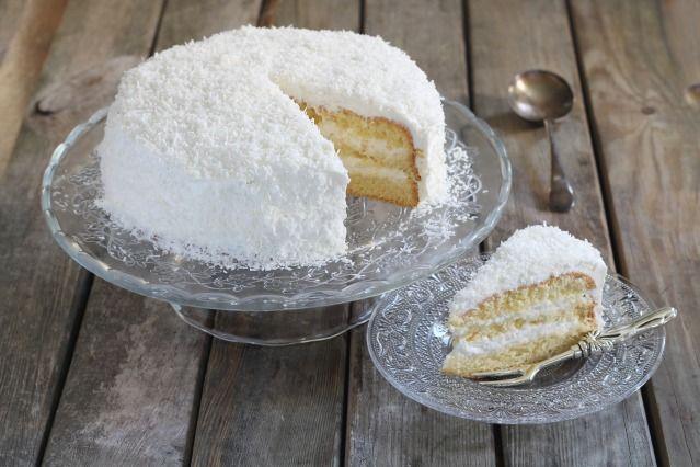 LAYER CAKE MOELLEUX A LA NOIX DE COCO (Pour 6 P : BISCUIT : 4 oeufs, 120 g de sucre, 120 g de farine, 50 g de noix de coco râpée, 1 c à c de levure) (SIROP : 25 cl d'eau, 4 c à s de sucre) (CREME COCO : 20 cl de crème, 20 cl de crème de noix de coco, 150 g de chocolat blanc, 250 g de mascarpone, 100 g de noix de coco + 100 g pour la décoration 4 c à s de sucre glace)