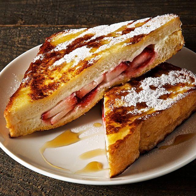 最強朝ごはん♡イチゴとクリームチーズのフレンチトースト - macaroni