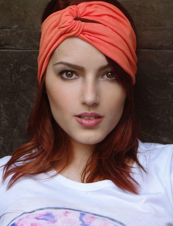 Tiaras, Turbantes e faixas da Moda 2020 ( + Fotos incríveis!!!) | Headband hairstyles, Scarf hairstyles, Retro hairstyles