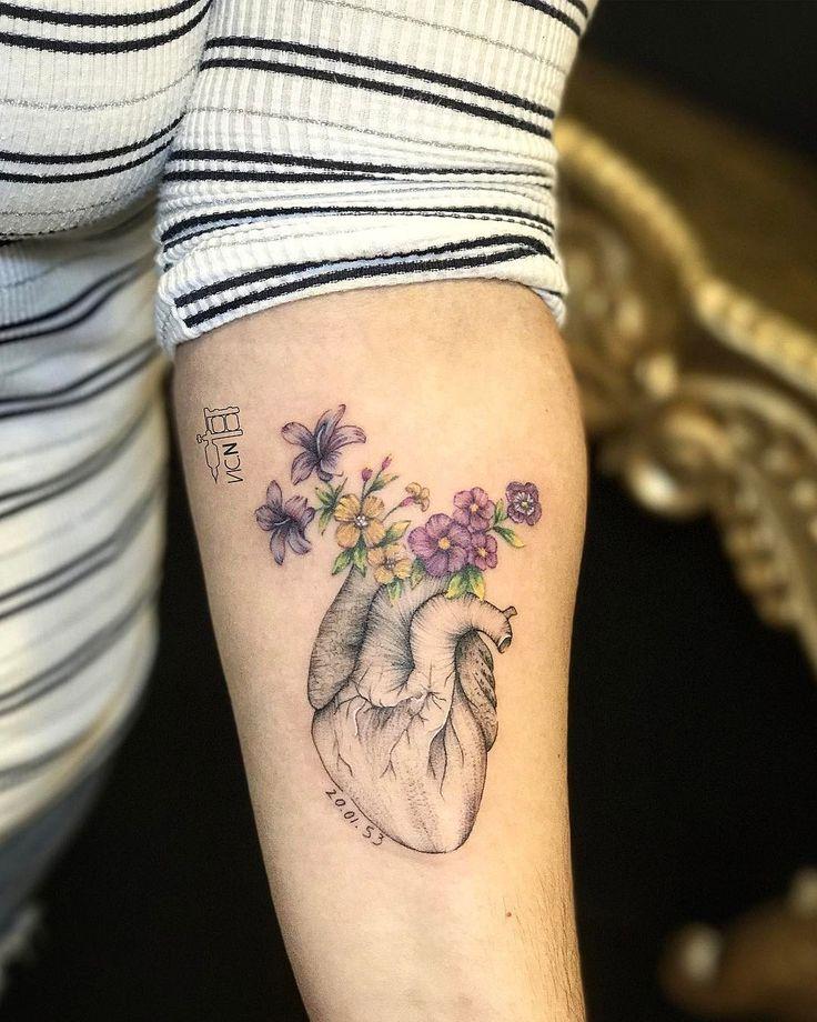 Tatuagem criada por Vic Nascimento do Rio de Janeiro.  Coração com flores delicadas e coloridas.  #tattoo #tatuagem #art #arte #tattoo2me #delicada #colorida #flor #coracao