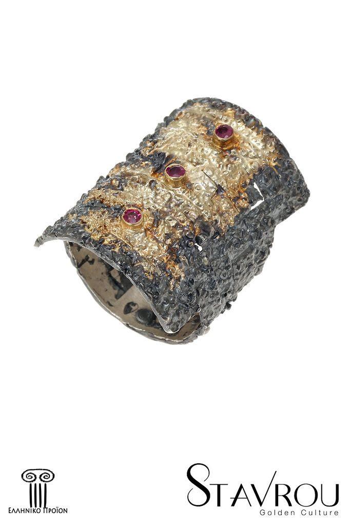 Γυναικείο δαχτυλίδι, χειροποίητο,ασημένιο925' με έντονα ανάγλυφη επιφάνεια εμπνευσμένο απόαρχαϊκά κοσμήματα καιεπενδεδυμένο με χρυσό 18 καρατίωνκαι τρία ρουμπίνιασυνολικούβάρους 0,09ct. #δαχτυλίδια #χειροποίητα_κοσμήματα #αρχαϊκά_κοσμήματα #κοσμήματα_χαλάνδρι