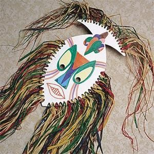 Máscara Africana  Estou pensando um prato de papel, um furador,ráfia e para prender na cabeça da criança uma corda elástica, fita ou mesmo  rafia.