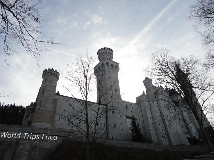 Baviera: il castello di Neuschwanstein. Such a beautiful castle with a crazy back story!