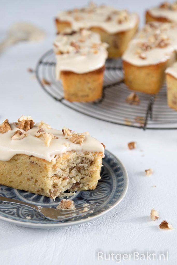 Deze cakejes met walnoot en koffie-roomkaasglazuur zien er schattig uit en smaken ook nog eens heel lekker. Dit recept kun je ook gebruiken voor cupcakes,