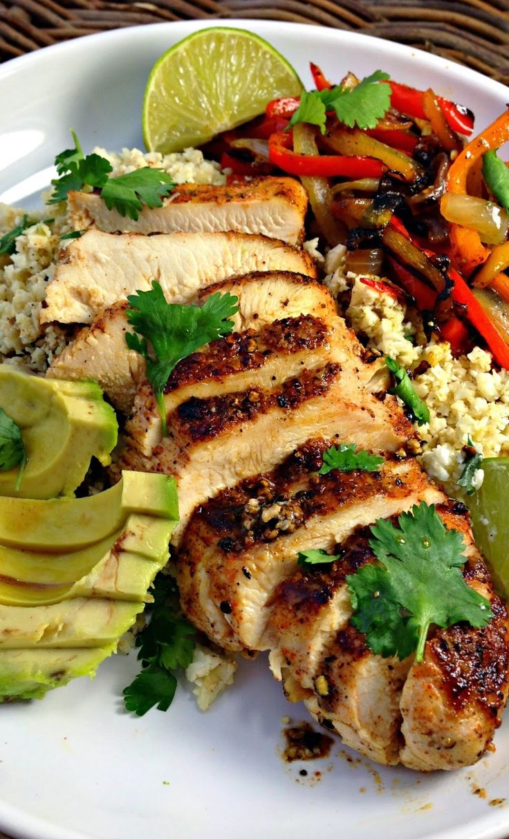 Healthy Gluten Free Blackened Chicken Fajitas with Cilantro Lime Cauliflower Rice #cleaneating #recipe #glutenfree