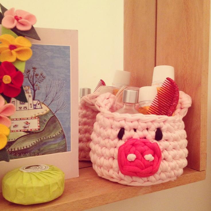 Cestitos de amiguri divertidos y prácticos para la habitación de los niños, el baño... puedes ponerlo en cualquier lugar y usar como quieras: lapicero, guarda coleteros, cremitas, pequeños juguetes... Al ser de trapillo se lava fácilmente en la lavadora.