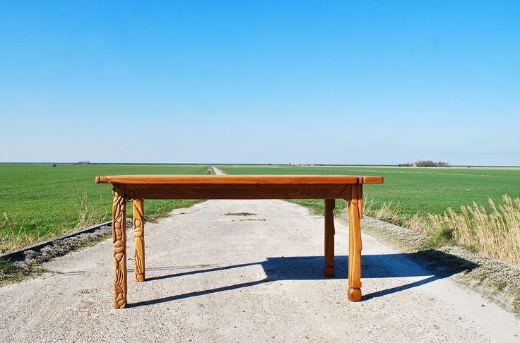 Unieke meubels en kunst voor ieder #interieur #eetkamer #tafel #eettafel #houten #tafel