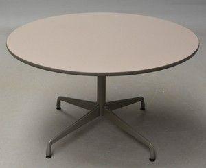 Charles Eames. Bord 'Segmented Table', Ø 121 cm | Lauritz.com  Charles Eames 1907-1978. Vintage 'Segmented Table', rundt bord med søjle og firpasfod i grålakeret aluminium, plade med laminat og gummikant. H. 71 cm. Ø 121 cm. Formgivet 1964.