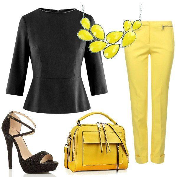 Per la proposta pensata per un impegno formale, i pantaloni color giallo tenue si abbinano alla blusa nera con manica 3/4. le scarpe sono dei sandali con tacco alto e cinturino in vita, mentre la borsa è gialla con rifiniture nere. Una collana con gocce gialle completa il tutto.