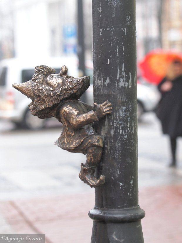 A gnome climbing a lightpost in Suwałki, Poland  Zdjęcie numer 7 w galerii - 30 cm, a ile radości! Rozglądaj się w Suwałkach. Krasnoludki opanowały miasto