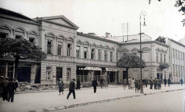 Zbombardowany dom handlowy przy Krakowskim Przedmieściu, r. 1939?