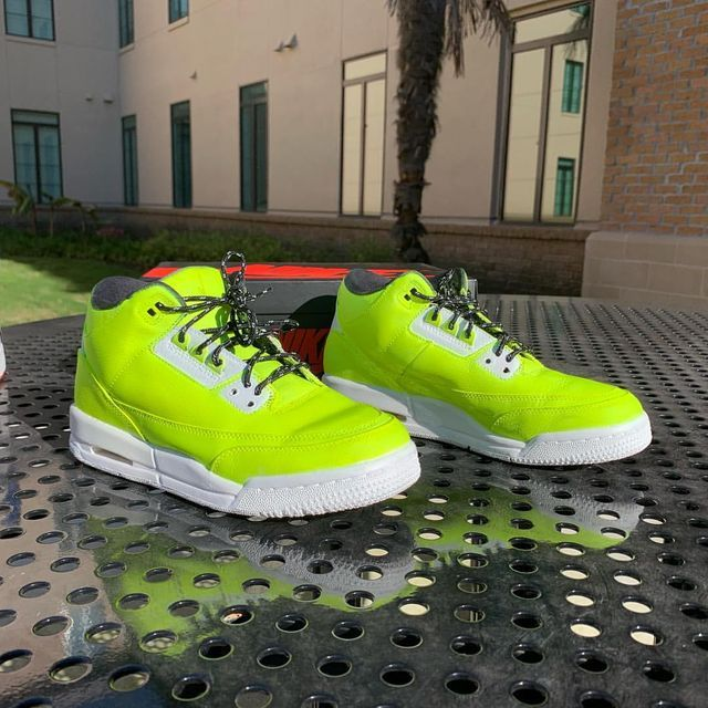 Brighter Visions. - - - -  #custom #customshoes #shoes #airjordan3 #jordan #jordan3 #customs #customshoes #customjordans #customize #jordancustom #customjordan3 #customized #customskicks #sneakers #customsneakers #customsneaker #bright #neon #neonshoes #neonyellowshoes
