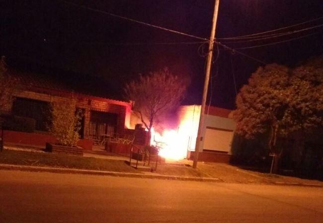Dejó cargando una batería y se quemó el auto