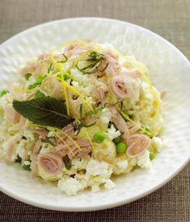 Salada de massa concha com ervilhas, requeijão e hortelã