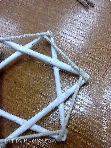 Хочу напомнить стародавний способ изготовления звездочек путем обматывания.  Нам понадобится: -веревка (можно джутовая) -бумажные трубочки -клей -бусинки для украшения фото 6