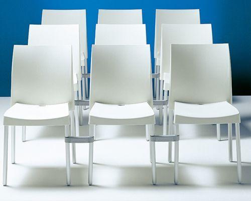 Sedia bar modello Ice in polipropilene, resistente ai raggi UV, disponibile nei colori: arancio, verde, rosso, avorio, marrone, grigio antracite, blu e nero