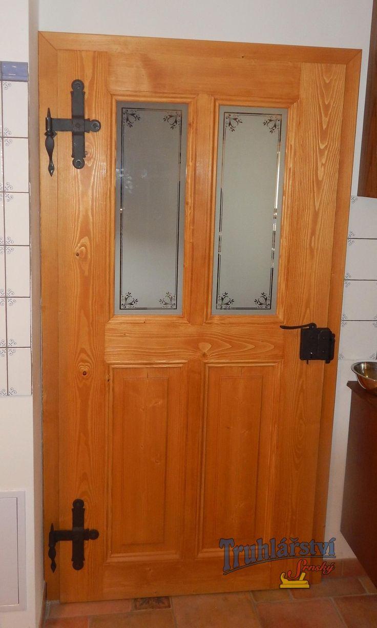 Dveře kazetové, jednokřídlé s obložkovou zárubní, smrkový masiv, drásané, nátěr olejovoskem, sklo pískovaný motiv, kované závěsy, zámek myšák.