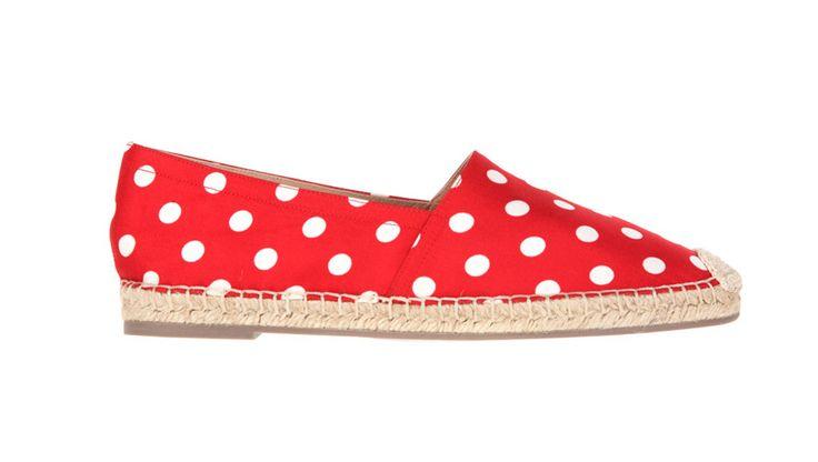Espadrilles Pop-pois en soie rouge, Valentino http://www.vogue.fr/mode/news-mode/diaporama/les-espadrilles-a-pois-valentino/12996#!espadrilles-pop-pois-en-soie-rouge-valentino
