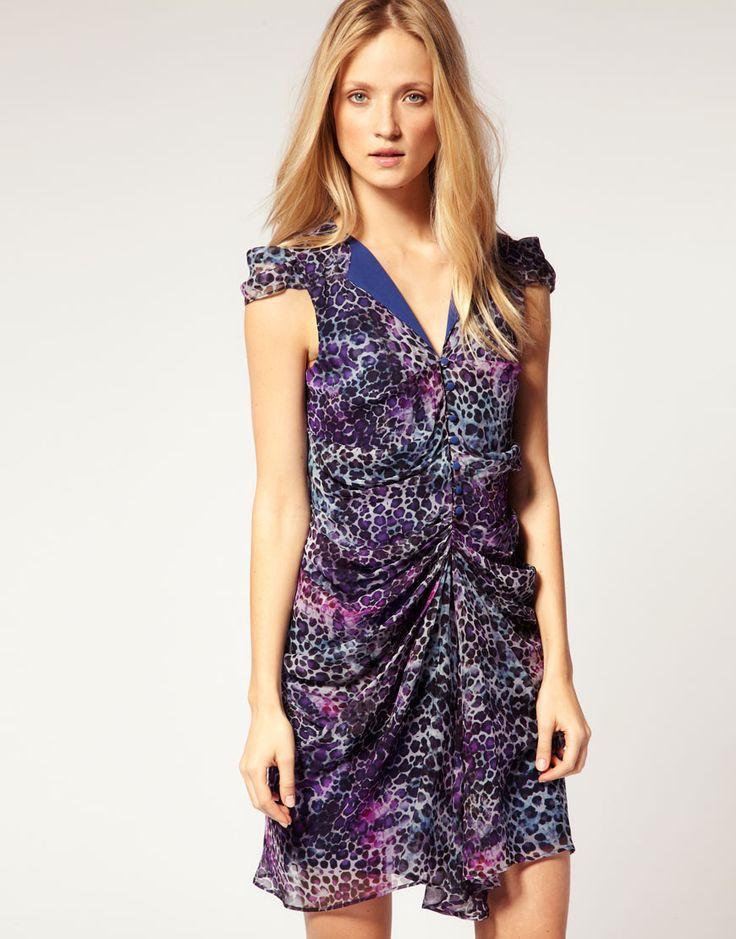 Seidenes Kleid von Richmond X. Aus reiner Seide, mit Leopardendruck, tiefem V-Ausschnitt mit farblich abgesetzten Schulterklappen, verborgenem Knopfverschluss, kurzen Flügelärmeln, leichter Raffung und halbtransparentem Stil mit Futter.