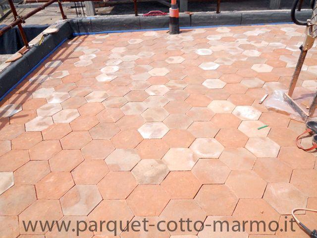 posa in esterno di pavimento in cotto fatto a mano esagonale.