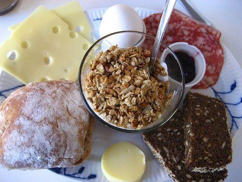 Danimarca. Sul tavolo della colazione danese si trovano spesso pane di segale, formaggi, salumi, paté, miele, marmellata e, a volte, dello squisito pane di segale al cioccolato.