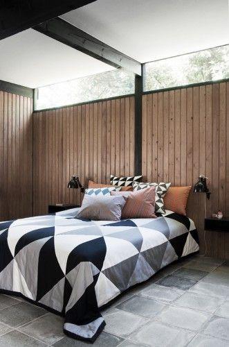 Remix Bed Cover von ferm living  Remix Tagesdecke / Plaid- 235 x 245 cm    Unsere Remix Bed Cover ist ein grafischer Hingucker, der ihren Schlafzimmer-Look stilvoll und modern verwandeln wird. Die Front ist ein Patchwork von Dreiecken in verschiedenen Schattierungen von grau, schwarz und weiß und die Rückseite ist ganz schwarz.