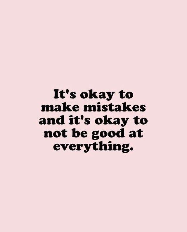 Es ist in Ordnung, Fehler zu machen, und es ist in Ordnung, bei allem nicht gut zu sein. Motivierend inspirierend Selbstliebe Zitat