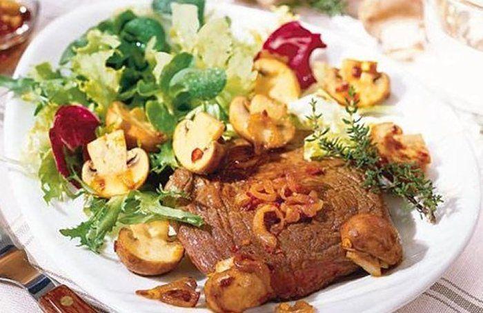 Filetsteak auf Salat mit gebratenen Pilzen