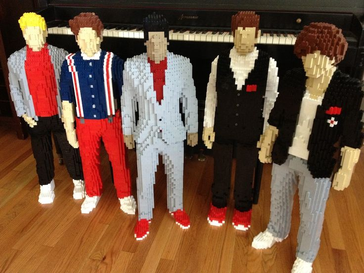 One Direction made out of LEGO (by Nathan Sawaya — The Art of the Brick)
