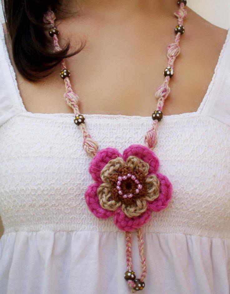 #artesanía #collar medallón flor rosa de crochet de DIDIcrochet. http://DIDIcrochet.dawanda.com