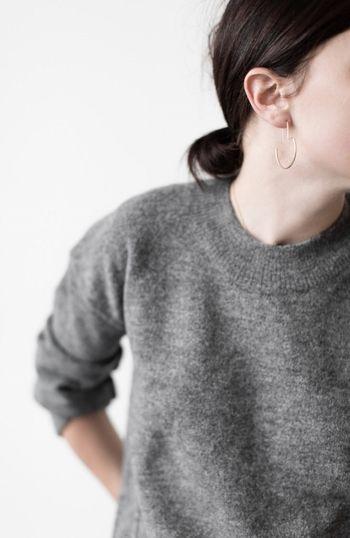 秋冬のベーシックアイテムであるセーターもシンプルなストレートラインで、ベーシックカラー(白、黒、グレー、ネイビー等)であり、長く着られる着心地やクオリティの良いものをセレクトするのがパリジェンヌ風です。