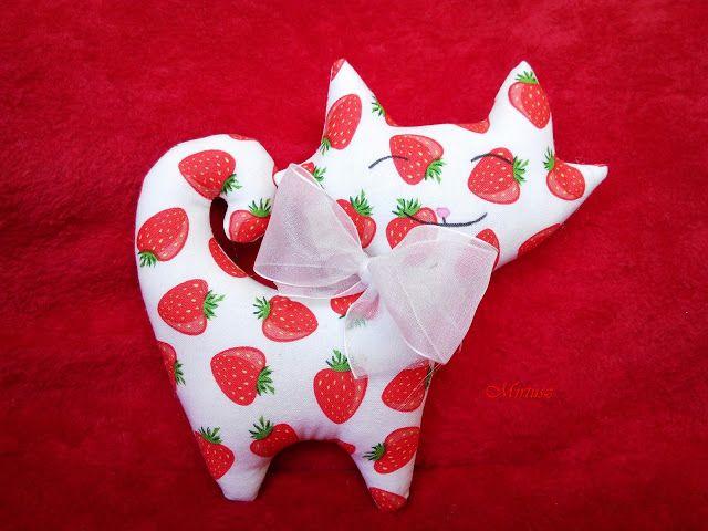Mirtusz : Eprecske  Mirtuszcica epermintás ruhácskában, tejszínhab masnival  Textilcica, cica, eper
