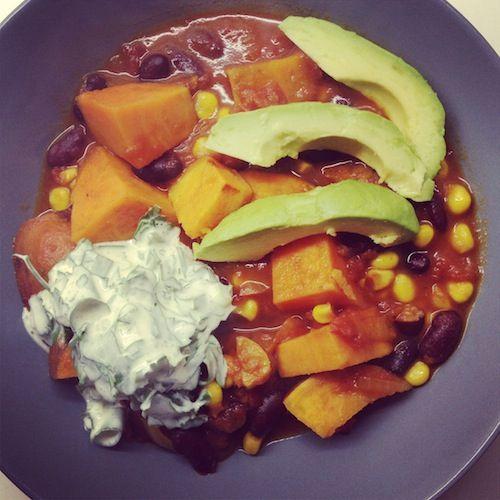 De pittige chili sin carne, de frisse topping, de zachte avocado... Mmmm.