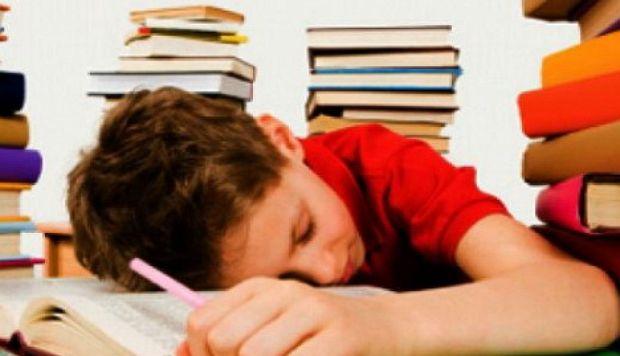 Сонливость у ребенка как результат продолжительной болезни, когда организм ребенка истощен борьбой с заболеванием и пытается вернуть себе утраченные силы.
