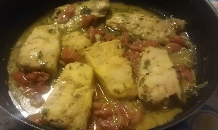 Oggi vediamo un bel secondo piatto a base di pesce, il merluzzo in umido al sugo, fresco leggero e gustoso, si prepara con pochi ingredienti e non richiede