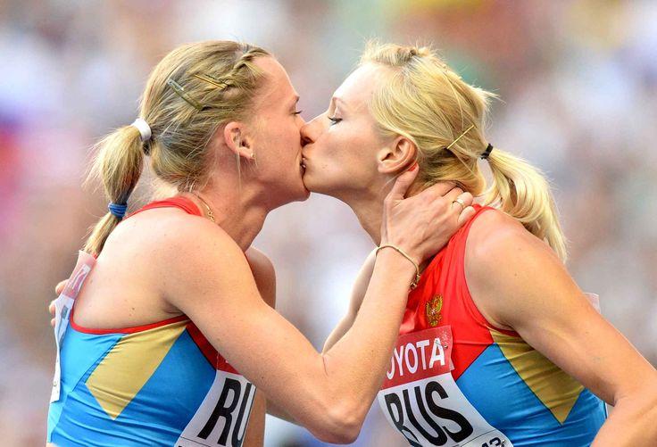 Les athlètes russes Tatyana Firova et Kseniya Ryzhova s'embrassent après avoir remporté le relais 4x400m fémininpour protester contre les lois anti-homosexuelles lancées par Vladimir Poutine.#Moscou #Sport