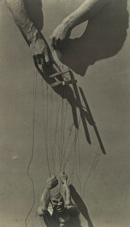 Tina Modotti: Hands of a puppeteer, 1929. - Mystical it looks alive...