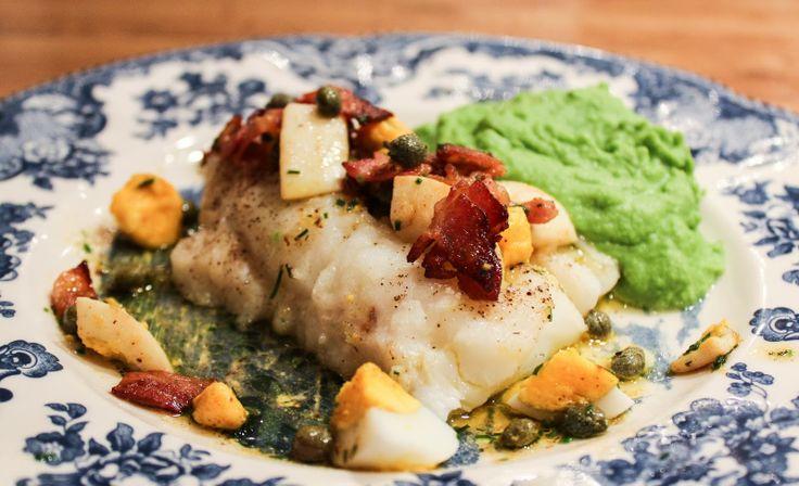 Bakt torsk med egg, bacon og ertepuré