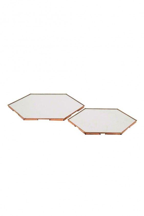 Create your own wall of frame met daarin verwerkt deze gave spiegelset. Deze hexagon spiegels geven een spannend effect in een muur vol met lijsten. Met een spiegel kun je bijvoorbeeld ook de lichtinval beïnvloeden in een interieur. Plaats in een donkere kamer een spiegel tegenover een raam of lichtpunt en het licht wordt weerkaatst in de spiegel, waardoor de …