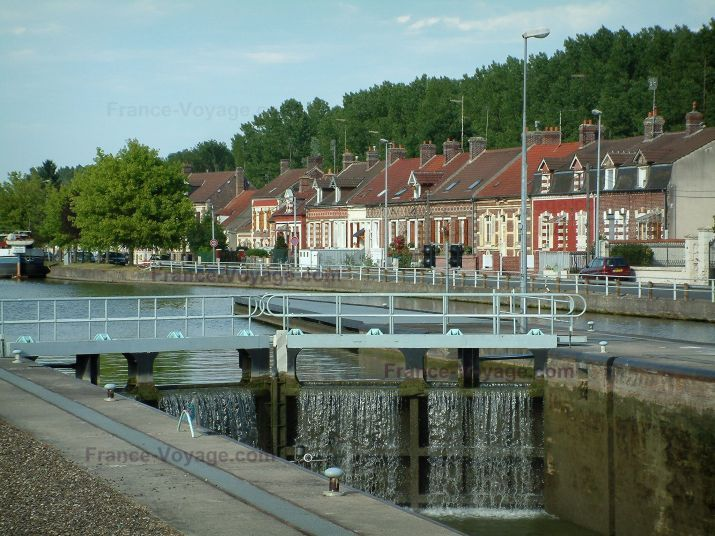 Skippers town: Longueil-Annel: bank, lock, side canal of the Oise river, brick houses and trees - France-Voyage.com