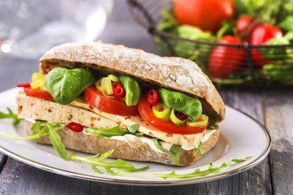 Celozrnná ciabatta naplněna dobrotami, jako je pikantní tofu chilli sýr a čerstvá zelenina, jakou lepší snídani, přesnídávku nebo svačina si můžeme přát?