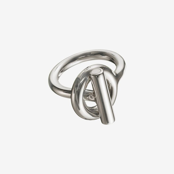 Hermes ring in silver This story began in 1938, when Robert Dumas, a member of the Hermès family, decided totake inspiration from a ship anchor chain to design a bracelet. Thus the Chaîne d'ancre was born: a naturally balanced jewel with a sporty yet chic allure. The links of the chain – polished, circular-grained or twisted – play on shapes and volumes to bring forth a multitude of necklaces, rings, earrings and bracelets.