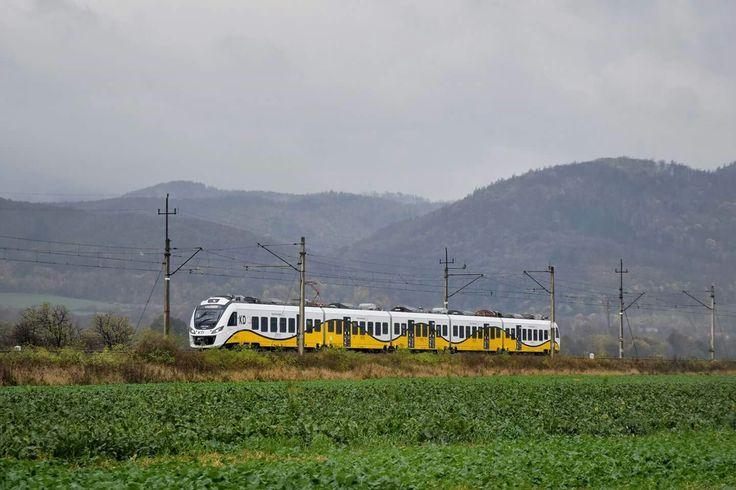45WE-024 jako pociąg specjalny KD z Kłodzka Głównego do Kamieńca Ząbkowickiego jedzie szlakiem Bardo Przyłęk- Kamieniec Ząbkowicki (po. Suszka) na tle Gór Bardzkich. Fot. Grzegorz Jóźwicki
