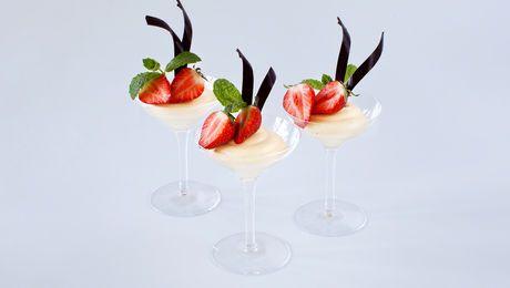 Vaniljefromasj med friske bær