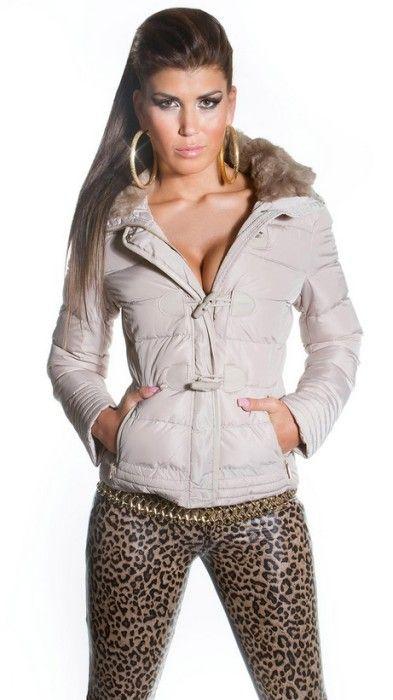 Zimní kabátek béžový II, Velikost 40/L, Barva béžová Dámský zimní kabátek v béžovém provedení. Kabátek má široký límec, který je zdobený kožešinou. Zapínání má dvojité – na zip až ke krku a přesto klopu, která …