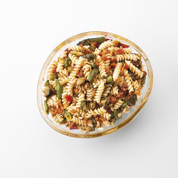 GRANDE SALADE  Conseillé pour 10 personne Pâtes fusilli, tartare de légumes séchées, légumes grillés et pignons de pin