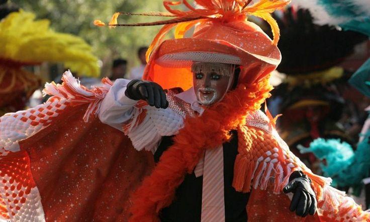 Desfile de 'huehues' en Tlaxcala.  15 fotos en Cuartoscuro: Carnaval, Día de la Bandera y muro fronterizo - Aristegui Noticias
