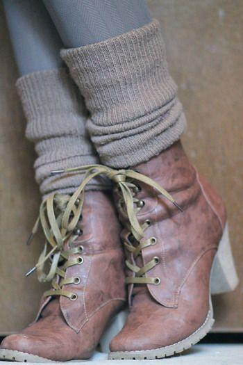 ショートブーツにはロングのソックスを合わせてくしゅくしゅっとさせるとお洒落。アースカラーで統一すると上手く馴染みます。